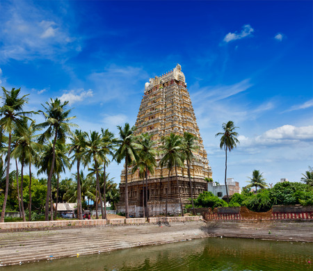 temple tank: Gopura (tower) and temple tank of Lord Bhakthavatsaleswarar Temple. Built by Pallava kings in 6th century. Thirukalukundram (Thirukkazhukundram), near Chengalpet. Tamil Nadu, India Stock Photo