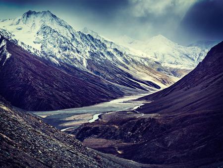 rigorous: Vintage retr� immagine di viaggi effetto filtrato stile hipster, di gravi montagne - Valle Spiti, fiume, strada in Himalaya. Himachal Pradesh, India