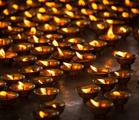 Brandende kaarsen in de boeddhistische tempel. Tsuglagkhang complex, McLeod Ganj, Himachal Pradesh, India Stockfoto