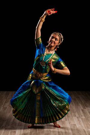 tänzerin: Junge schöne Frau Tänzerin Exponenten der klassischen indischen Tanz Bharatanatyam