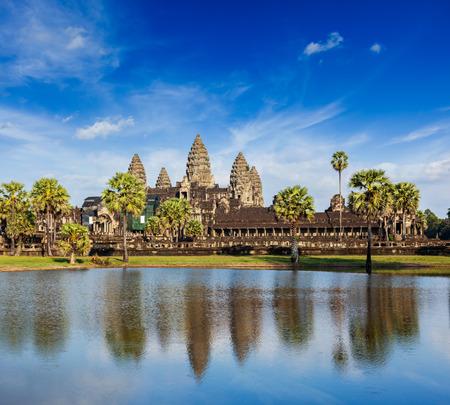 templo: Camboya hito Angkor Wat con reflejo en el agua Foto de archivo