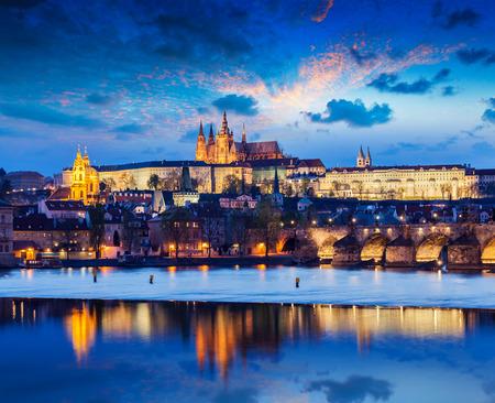 Karlsbrücke und die Prager Burg in der Dämmerung