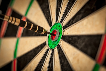 Dart in bull\'s eye close up Banque d'images