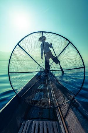 redes de pesca: Pescador birmano tradicional en el lago Inle