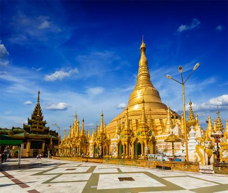 유명한: Myanmer 유명한 신성한 장소 및 관광 명소 랜드 마크 - 쉐 다곤 파야 파고다. 양곤, 미얀마