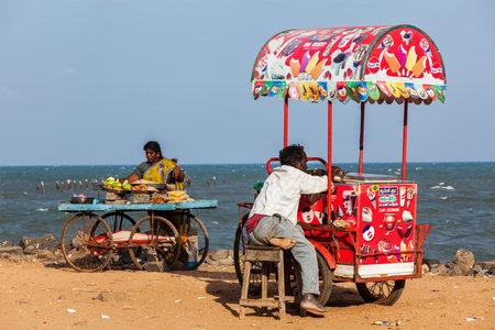 carretto gelati: Pondicherry, India - 2 febbraio 2013: non identificati venditori ambulanti indiani di gelati e spuntini con carrelli ruote sulla spiaggia