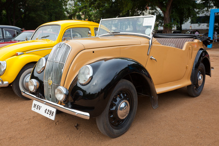 "morris: CHENNAI - INDIA - 24 luglio: Morris serie ""E"" Tourer 1946 retr� auto d'epoca il Patrimonio Car Rally 2011 del Madras Heritage Motoring Club a Egmore il 24 luglio 2011 a Chennai, India Editoriali"