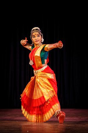 fille indienne: CHENNAI, Inde - 28 septembre: la danse Bharata Natyam effectué par exposant femme le 28 Septembre 2009 à Chennai, en Inde. Bharatanatyam est une forme de danse classique indienne originaire de l'État du Tamil Nadu