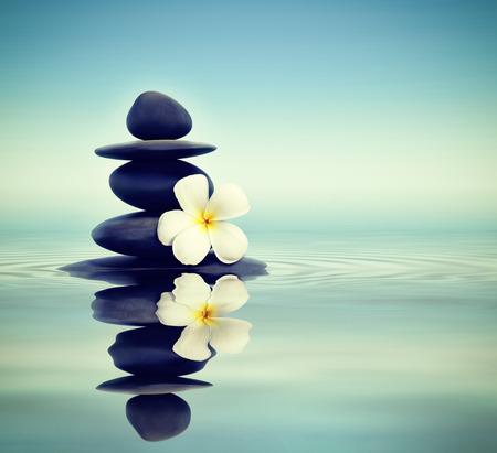 concepto equilibrio: Piedras del zen con frangipani
