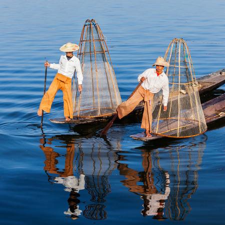 un p�cheur: P�cheur traditionnelle birmane au lac Inle Myanmar