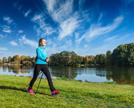 Junge Frau Nordic Walking Standard-Bild
