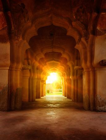 Alte zerstörten Bogen in alten Palast am Sonnenuntergang
