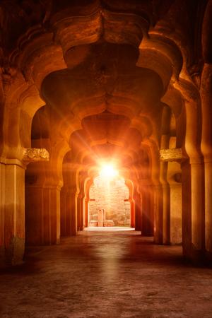 Arco arruinado viejo en el antiguo palacio de la puesta del sol