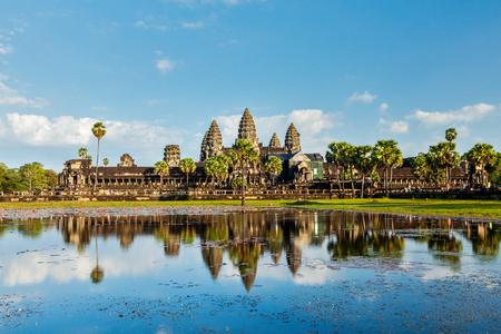 反射とカンボジア ランドマーク アンコール ワット。シェムリ アップ、カンボジア 写真素材