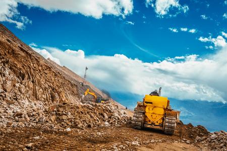 Bulldozer doen weg constractuion op Kardung La pas in de Himalaya. Ladakh, Jammu en Kashmir, India Stockfoto