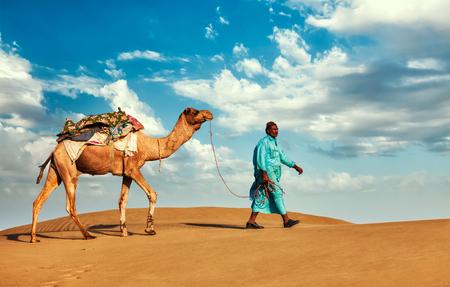 camello: Camellero india (camellero) con camellos en las dunas del desierto de Thar - fondo de viajes Rajasthan. Jaisalmer, Rajasthan, India