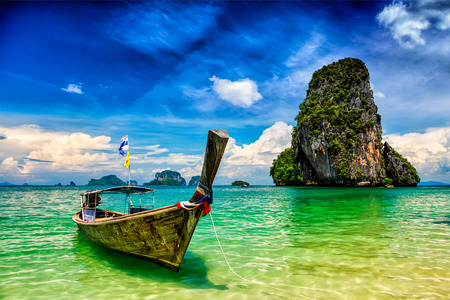 Lange staartboot op tropisch strand (Pranang-strand) en rots, Krabi, Thailand