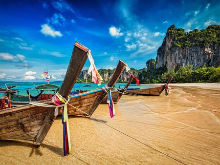 タイの熱帯ビーチ (ライレイ ビーチ) のロングテール ボート