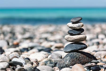 Zen meditatie achtergrond - evenwichtige stenen stapel close-up op zee strand Stockfoto