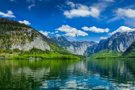 Hallstatter See mountain lake in Austria. Salzkammergut region, Austria 스톡 콘텐츠