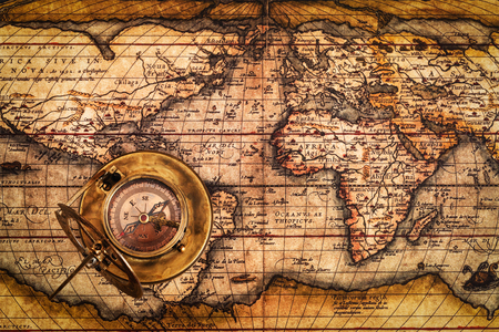 reloj de sol: Viaja geograf�a concepto de navegaci�n de fondo - viejo comp�s retro vendimia con el reloj de sol en la antigua mapa del mundo Foto de archivo