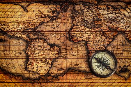 Reis aardrijkskunde navigatie concept achtergrond - oude vintage retro kompas op oude kaart van de wereld