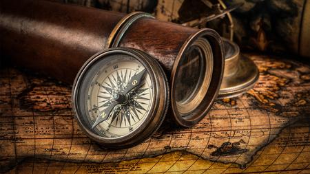 reloj de sol: Viaja geografía concepto de navegación de fondo - panorama de la antigua brújula retro vendimia con el reloj de sol, el catalejo y cuerda en la antigua mapa del mundo