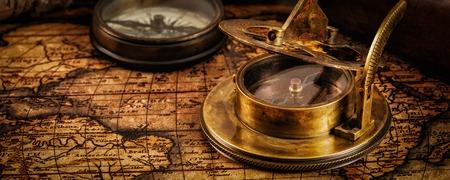 sonnenuhr: Reisen Geographie Navigationskonzept Hintergrund - Brief Panorama der alten Vintage-Retro-Kompass mit Sonnenuhr und Spyglass auf antiken Weltkarte mit copyspace