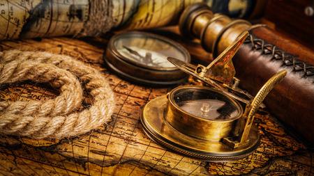 reloj de sol: Viaja geograf�a concepto de navegaci�n de fondo - panorama de la antigua br�jula retro vendimia con el reloj de sol, el catalejo y cuerda en la antigua mapa del mundo
