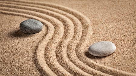 sencillez: Zen japonés jardín de piedra - la relajación, la meditación, la sencillez y el concepto de equilibrio - panorama de guijarros y arena rastrillada escena tranquila calma