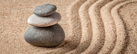 일본 선 돌 정원 - 휴식, 명상, 단순하고 균형 개념 - 자갈 레터 파노라마와 레이크 모래 조용한 진정 장면