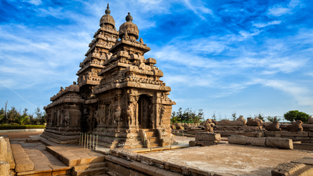 Panorama slavné Tamilnádu dominantou - Shore chrám, světového dědictví UNESCO v Mahabalipuram, Tamil Nadu, Indie Reklamní fotografie