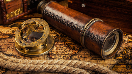 mapa de procesos: Viaja geograf�a concepto de navegaci�n de fondo - panorama de la antigua br�jula retro vendimia con el reloj de sol, el catalejo y cuerda en la antigua mapa del mundo