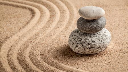 concepto equilibrio: Zen japon�s jard�n de piedra - la relajaci�n, la meditaci�n, la sencillez y el concepto de equilibrio - panorama de guijarros y arena rastrillada escena tranquila calma