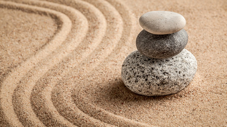 zen attitude: Zen japonais jardin de pierre - relaxation, la méditation, la simplicité et le concept de l'équilibre - panorama de cailloux et de sable ratissé scène calme tranquille