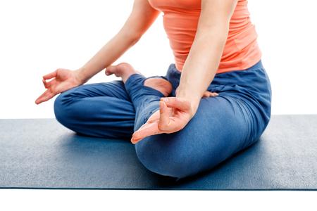 psiquico: Cerca de la mujer haciendo (Postura del Loto) asanas de yoga Padm�sana posici�n de piernas cruzadas para la meditaci�n con Chin Mudra (gesto ps�quica de la conciencia). Aislado en el fondo blanco