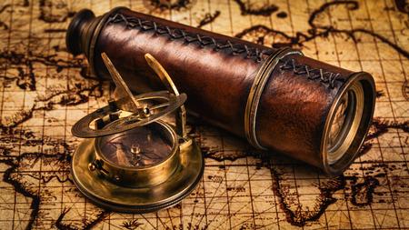reloj de sol: Viaja geografía concepto de navegación de fondo - panorama de la antigua brújula retro vendimia con el reloj de sol y catalejo en antiguo mapa del mundo Foto de archivo