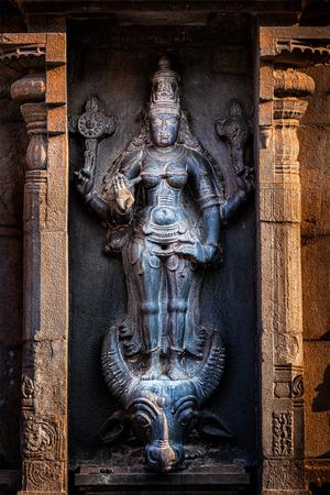 templo: Durga (Mahisaurmardini) imagen de la diosa hindú. Brihadishwara templo, Tanjore (Thanjavur), Tamil Nadu, India Foto de archivo