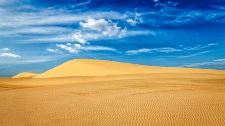 duna: Panorama de las dunas de arena blancas en desierto en la salida del sol, Mui Ne, Vietnam. Foto de archivo
