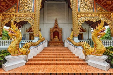 persona viajando: Wihan Luang buddhits templo de Wat Phra Singh, Chiang Mai, Tailandia, Asia Foto de archivo