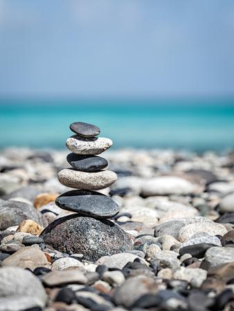 禅瞑想緩和コンセプト背景 - バランスのとれた石の海のビーチでスタックをクローズ アップ