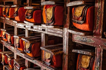 monasteri: Fogli di vecchi manoscritti nella libreria di Thiksey Gompa (monastero tibetano buddista). Ladakh, India