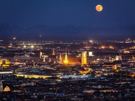 夜 Olympiaturm (スポーツ競争タワー) からミュンヘンの空撮。ミュンヘン, ババリア, ドイツ