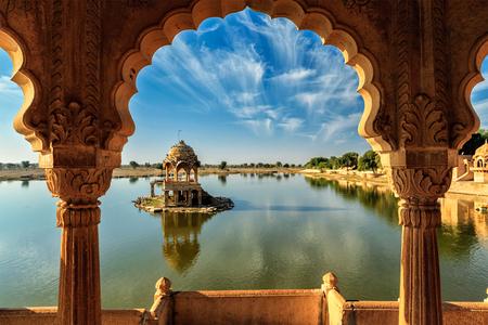 punto di riferimento indiano Gadi Sagar - vista lago artificiale attraverso l'arco. Jaisalmer, Rajasthan, India
