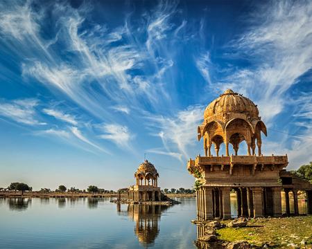 Indyjski góry Gadi Sagar - sztuczne jezioro. Jaisalmer, Radżastan, Indie