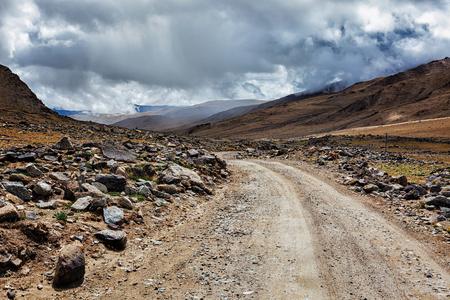 Schotterweg im Himalaya Gebirge in Ladakh, Indien