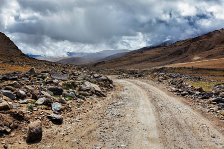 Strada sterrata in montagna dell'Himalaya in Ladakh, India