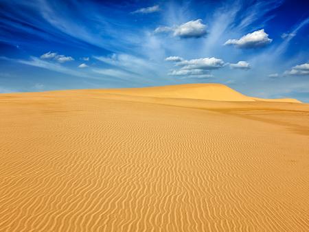 duna: blancas dunas de arena en el desierto en la salida del sol, Mui Ne, Vietnam.
