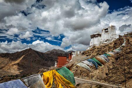 monasteri: Leh Tsemo forte e Gompa e Lungta (bandiere di preghiera) volare nel vento. Leh, Ladakh, Jammu e Kashmir, in India Archivio Fotografico