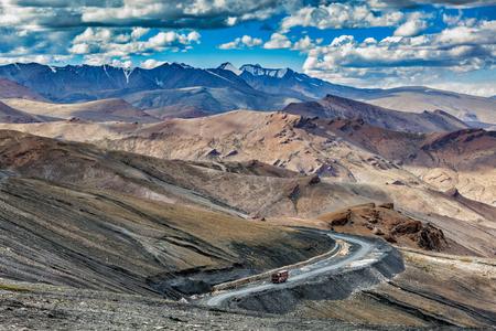 ciężarówka: Indyjskie ciężarówki ciężarówki na drodze w Himalajach w pobliżu Tanglang la Pass - górskie przejście Himalajów na autostradzie Leh-Manali. Ladakh w Indiach Zdjęcie Seryjne
